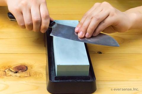 包丁の反対側も砥石で研磨する