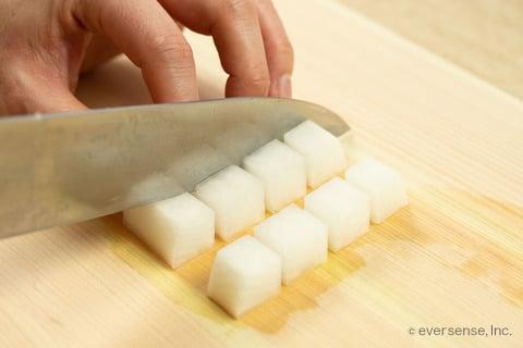 大根 角切り切り方 1.5〜2cm幅に切る