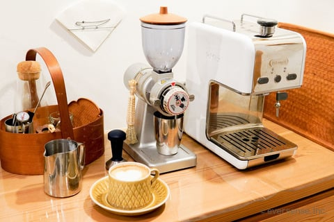 河内さん コーヒー豆と機械のセット
