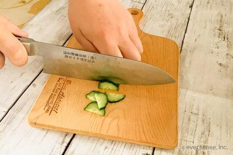 豆腐 納豆 レシピ 豆腐の納豆ばくだん きゅうりを半月切りする