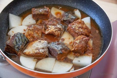 さば缶 大根 レシピ さば味噌大根 すべての材料をフライパンに入れる