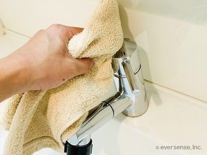 ちょい家事 洗面所のタオルで掃除 蛇口を拭く