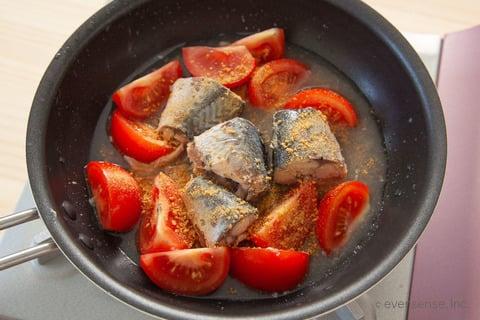さば缶 レシピ さば缶のトマト煮 材料をフライパンに入れる