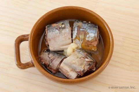 さば缶 レシピ さば缶だけで簡単アヒージョ 材料を耐熱皿に入れる