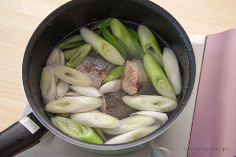 さば缶 レシピ さばとねぎのお味噌汁 材料を入れ5分煮る