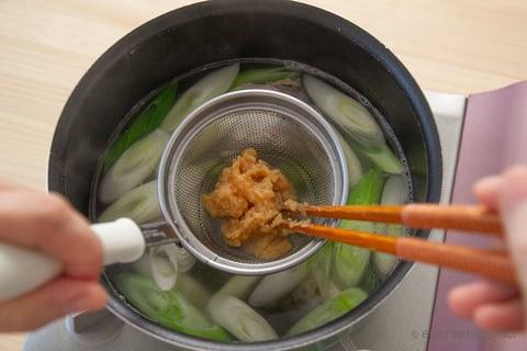さば缶 レシピ さばとねぎのお味噌汁 味噌を溶かし入れる
