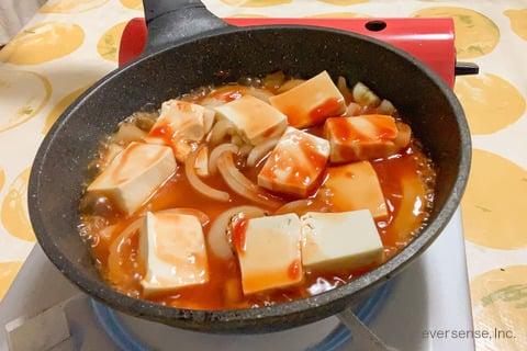 豆腐 玉ねぎ レシピ 豆腐と玉ねぎのケチャップ煮 残りの材料を入れて煮込む