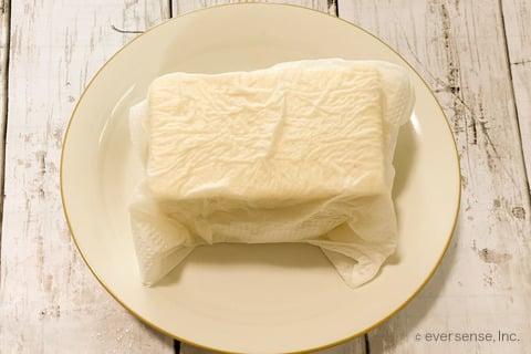 豆腐 小松菜 レシピ 豆腐ドレの小松菜サラダ  豆腐の水切りをする