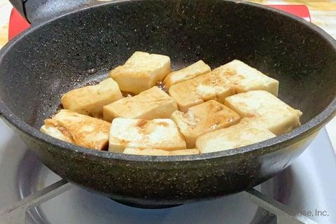豆腐 レシピ 豆腐の照り焼き 調味料を入れて焼く