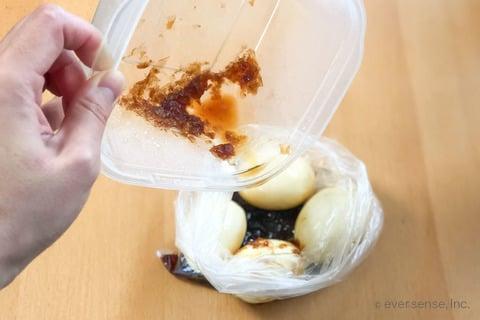 卵だけレシピ 半熟煮玉子 耐熱袋にゆで卵と煮汁を入れる