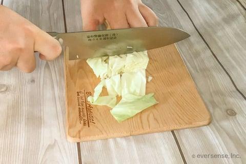 玉ねぎ キャベツ スープレシピ 玉ねぎとキャベツのミルクスープ キャベツをざく切りする