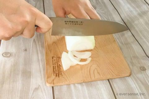 玉ねぎ 卵 レシピ  玉ねぎとふんわり卵のスープ 玉ねぎを薄切りする