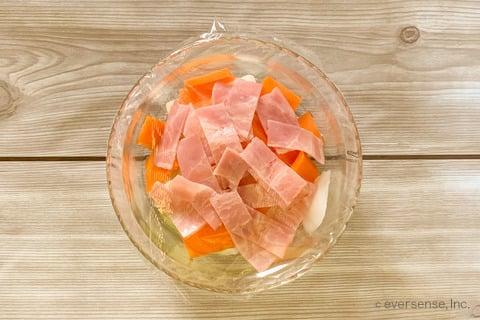 玉ねぎ トマト スープ レシピ 玉ねぎと人参のミネストローネ風スープ 耐熱容器に材料を入れてレンジで温める