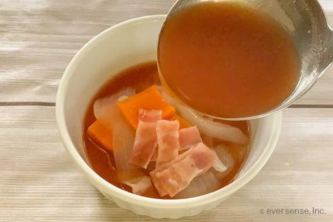 玉ねぎ トマト スープ レシピ 玉ねぎと人参のミネストローネ風スープ スープを注ぎ入れる