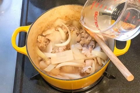 大根 玉ねぎ レシピ 大根と玉ねぎの塩煮 炒めて水をひたひたに注ぐ