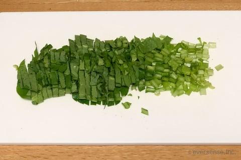 大根 小松菜 レシピ 大根ステーキの小松菜味噌ソースがけ 小松菜をざく切りする
