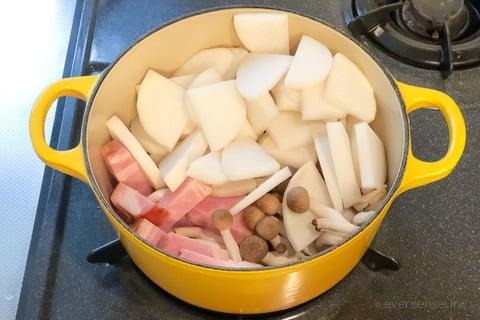 大根 しめじ レシピ 大根としめじとベーコンのミルク煮 具材を鍋で炒める