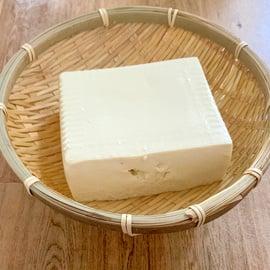 豆腐の水切り ザルに乗った豆腐