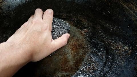 鉄 フライパン 鍋 洗う タワシ